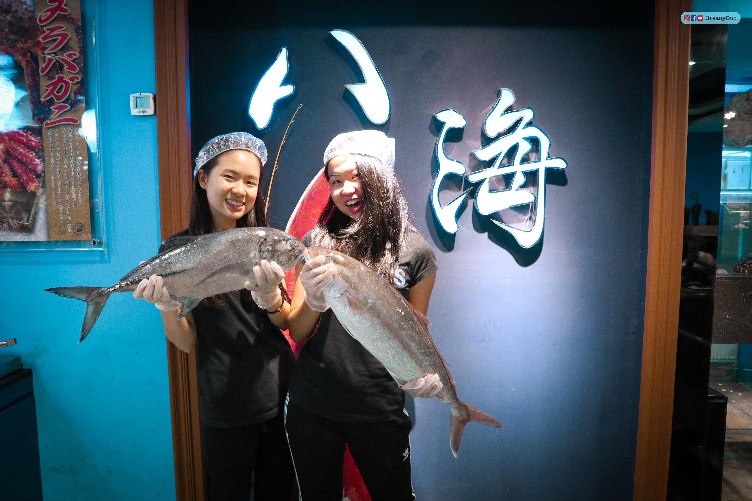 jenny and tina holding fresh fishes at บุฟเฟ่ต์ชาบูไต้หวันที่ Hakkai Shabu Shabu ซีเหมินติง