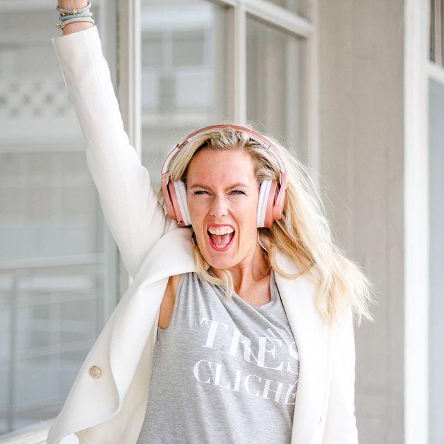 Jaaaa!!!! BIG NEWS 💥💥💥 Moet je vanavond de was nog opvouwen? De afwas doen? Of je huis opruimen? Dan ga ik dat een stukje leuker maken want mijn allereerste #Mombitious PODCAST staat LIVE! 😱 🎧 Ik kreeg zoveel leuke vragen van andere moeders of ik niet een podcast kon opnemen. Zelf luister ik ook veel podcasts omdat het super efficiënt is. Maar een podcast? Ik? 🎧 Ik heb er even over nagedacht... Ik kan lekker kletsen en met een podcast kan ik dieper ingaan op bepaalde onderwerpen. Dus ik ben vrijdagavond aan de keukentafel gaan zitten en ik dacht: let's give it a try! 🎧 In mijn eerste #Mombitious podcast vertel ik hoe ik 14 jaar geleden ben begonnen met ondernemen (en hoe het is gelukt om nu met 30 mensen op kantoor te zitten!). 🎧 Luister mijn podcast gratis via de link in mijn bio! 👉🏻❤️ • • • •  #podcast #ondernemersverhaal #ondernemen #zzp #zakenmeisje #vrouwelijkeondernemers #girlbosstips ##ondernemendevrouwen #persoonlijkegroei #ambitieuzemeisjes #newfemaleleaders #powervrouwen #ondernemendemama #eigenbaas #girlbossnl #babeyougotthis #womanindigital #womanfounders #growyourbusinessonline #womaninleadership #femalefounded