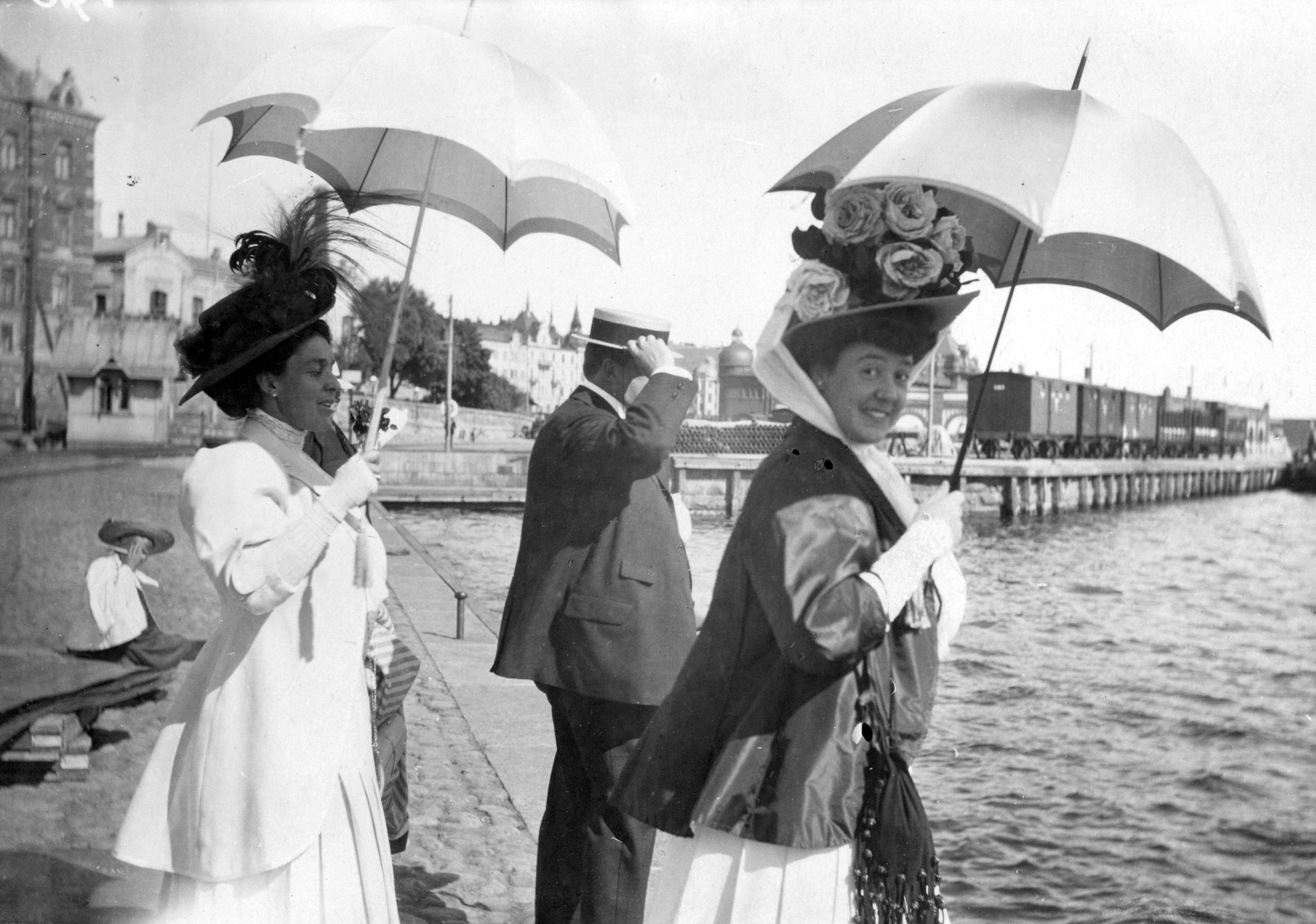 Rouva Berta Fazer, konsuli Frans Stockmann ja rouva Edit Stockmann Eteläsatamassa. 1910. Kuva: Helsingin kaupunginmuseo