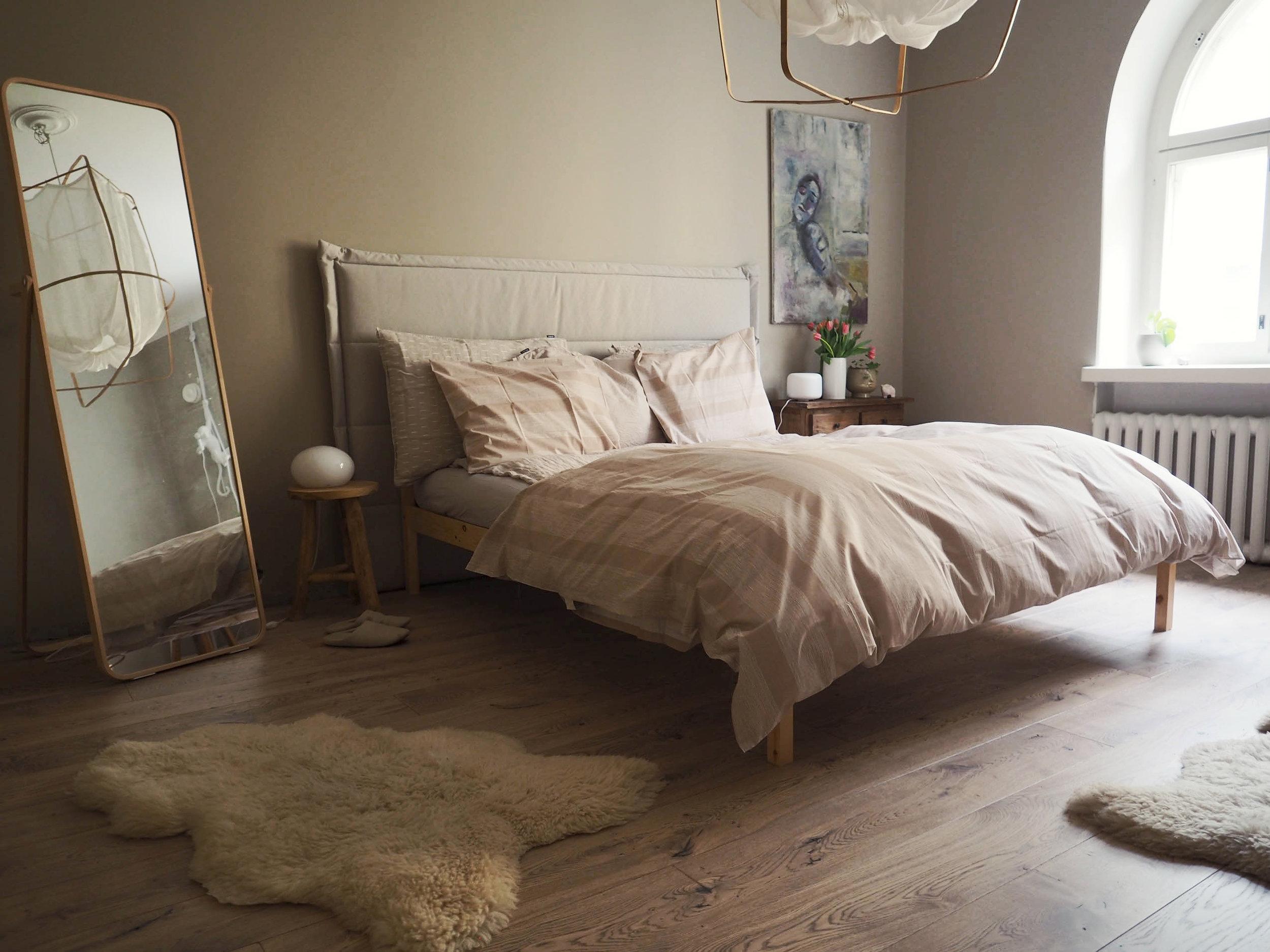 Hyvää feng shuita: sängyn sijoittelu, puhdas sängynalunen, sängynpääty, parilliset esineet, symmetria ja peili, josta en näe itseäni nukkuessani. Huonoa feng shuita: kiikkerä ja rikkinäinen sänky.