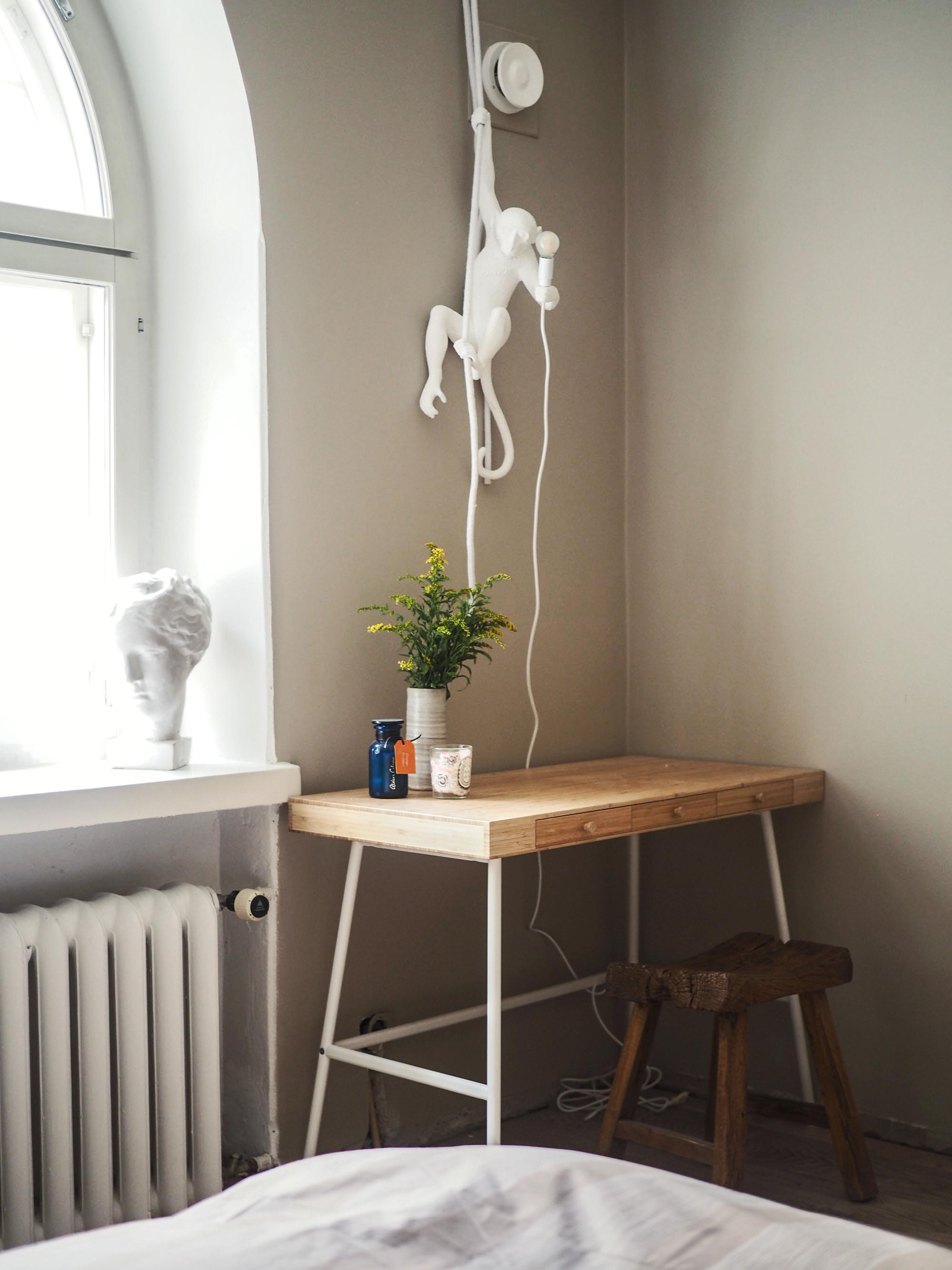 Työpöydälle ei ole kotonani muuta paikkaa kuin makuuhuone, mutta pidän työstä muistuttavat rojut laatikoissa piilossa ja pyrin tekemään ikävimmät ja stressaavimmat työt kodin ulkopuolella. Apinavalaisimessa oli minusta erinomainen feng shui työpisteeseen - se muistuttaa, että työnteonkaan ei tarvitse olla niin vakavaa… Jakkara on väliaikainen kunnes löydän sopivan tuolin. Etsin myös inspiroivaa katseltavaa seinälle.