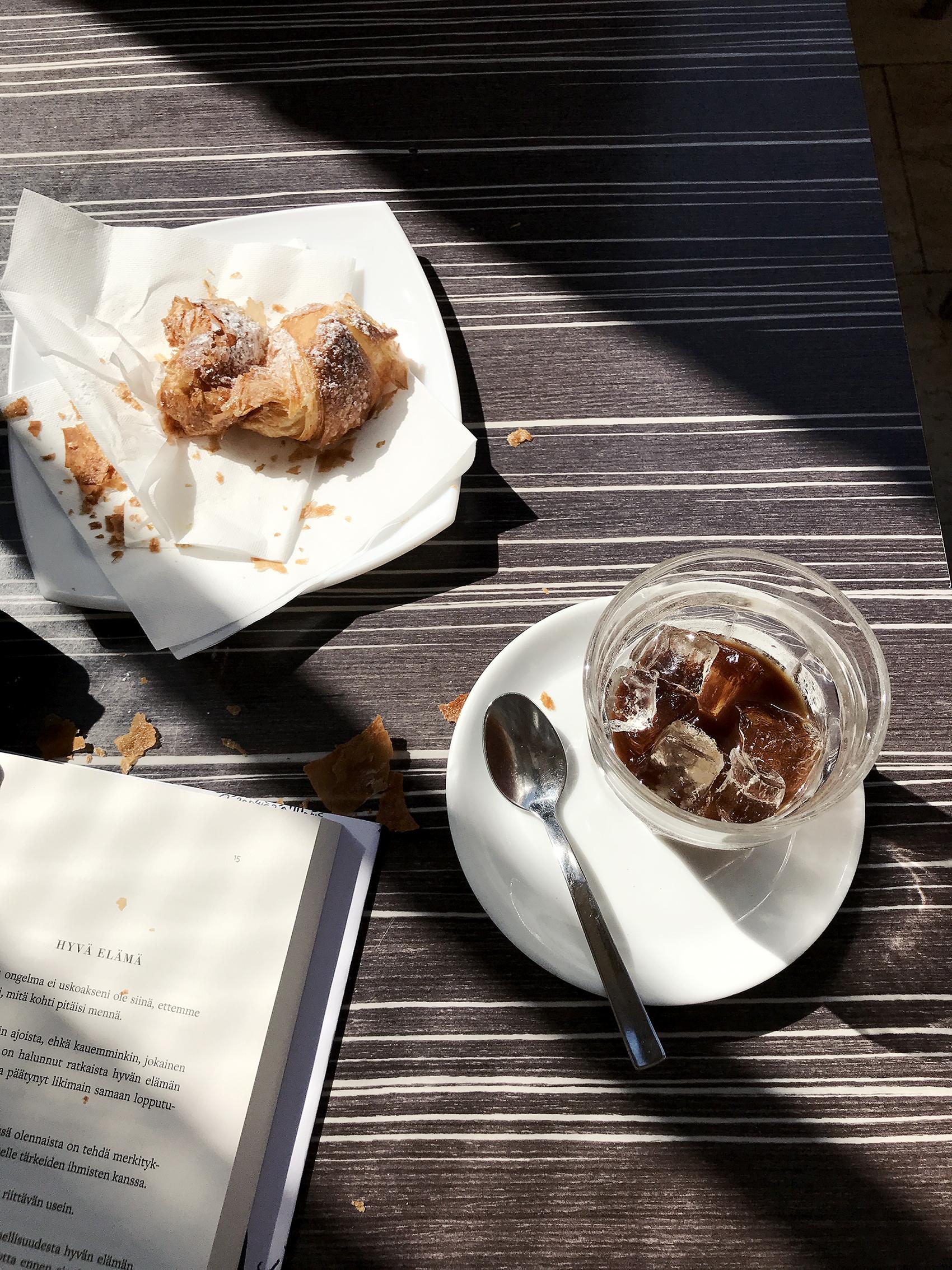 Caffè leccese ja cornetto alla crema. Aamulukemisena tässä Saku Tuomisen Juu ei, siitä kenties lisää myöhemmin.
