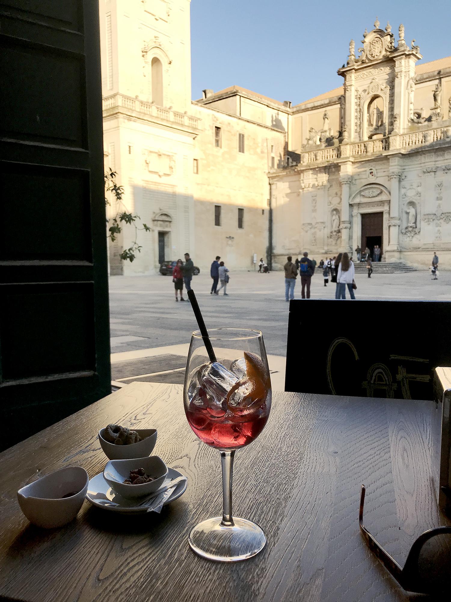Pöytä yhdelle. Lecce, huhtikuu 2019.