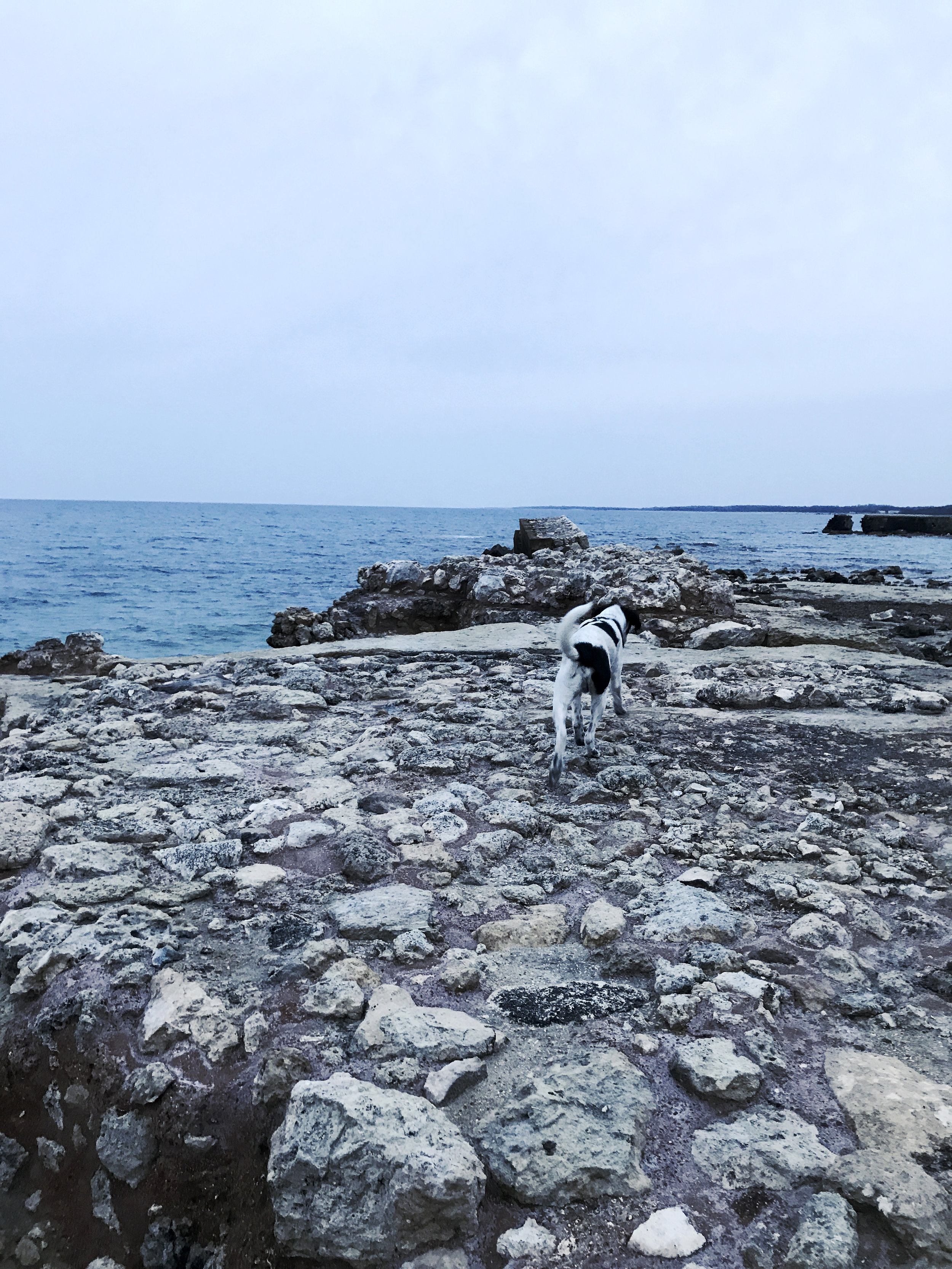 Dado, meri ja roomalaisten rauniot. San Cataldo, huhtikuussa 2019.