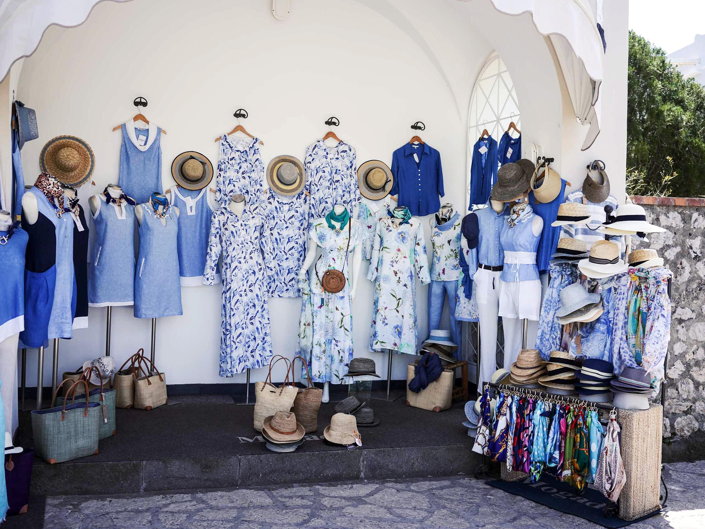 Joku Caprin monesta liehuvia asioita myyvästä kaupasta. Huhtikuu 2019.