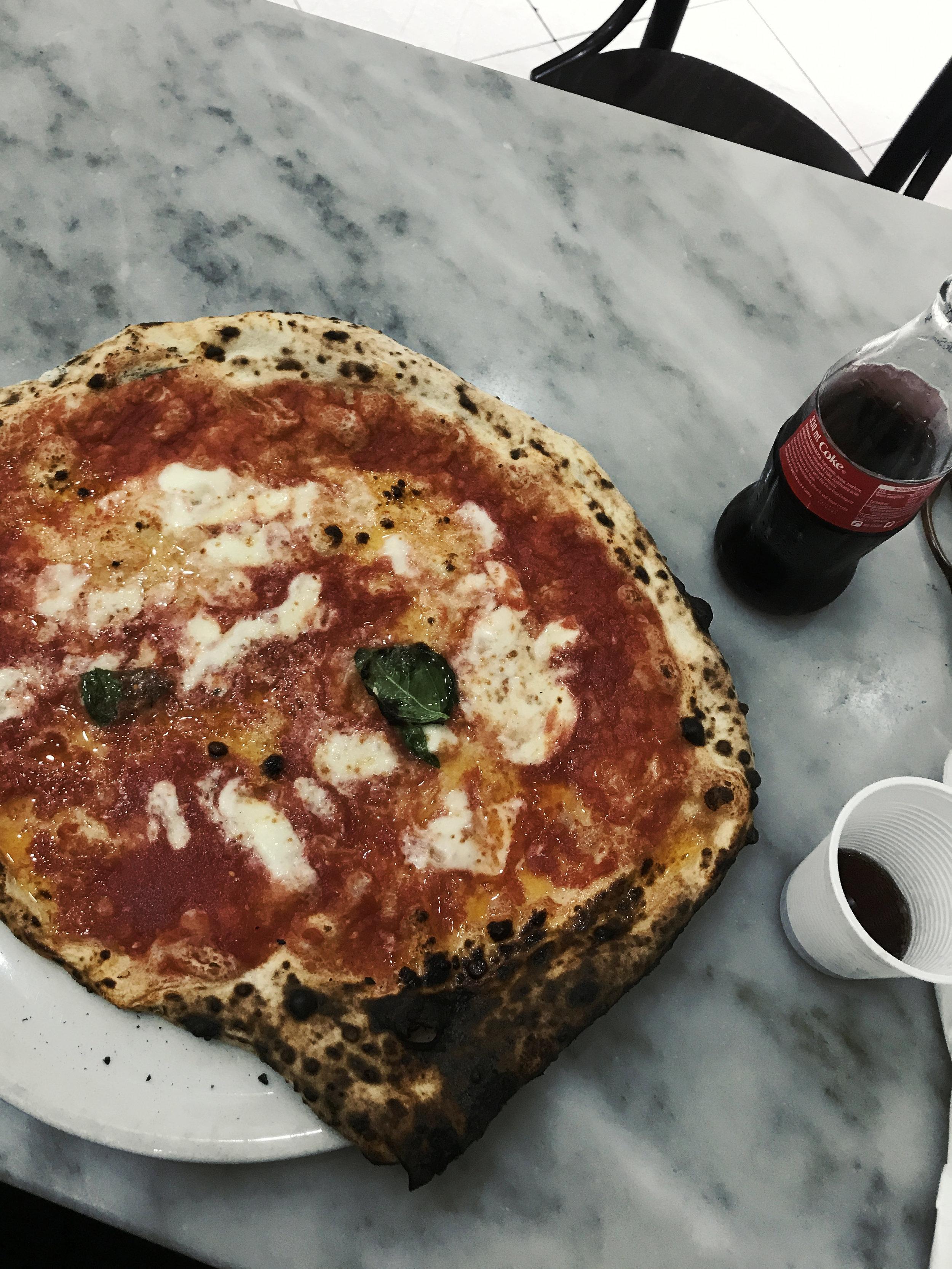 Se kuuluisa pizza. Napoli, huhtikuussa 2019.
