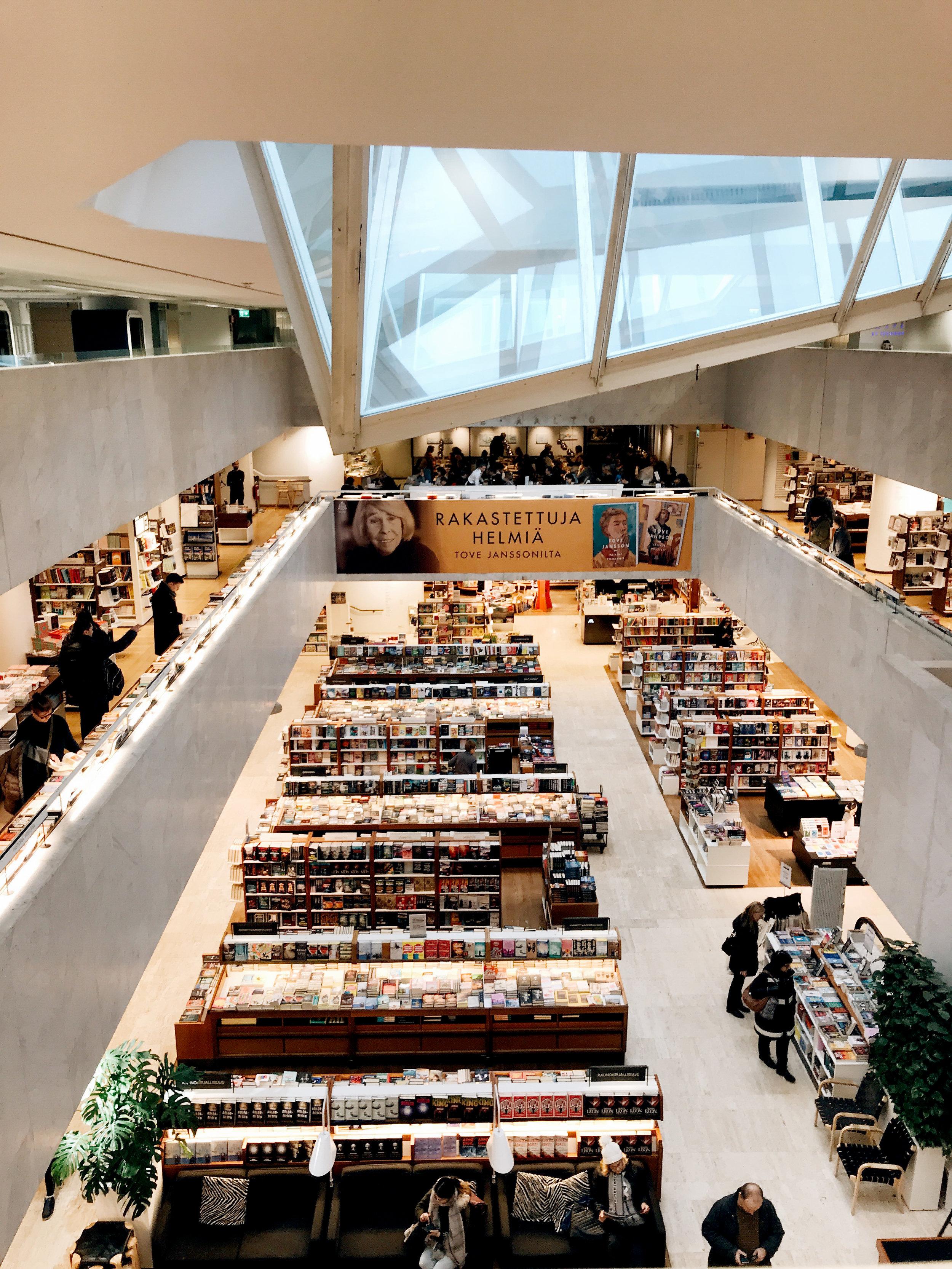 UMA Esplanadin ihan kiva näkymä: Alvar Aallon ikkunaneroutta ja Akateemisen kirjat.