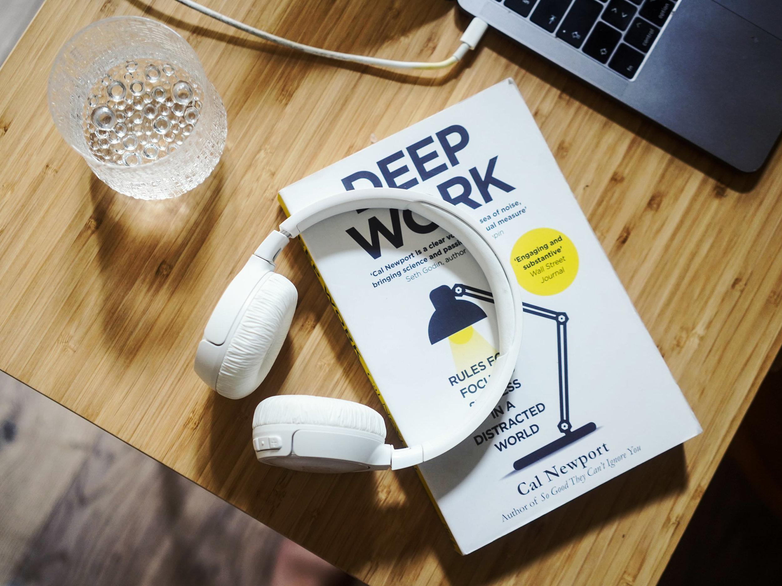 Suosittelen lämpimästi Cal Newportin kirjaa    Deep Work    kaikille, jotka kaipaavat työpäiviinsä vähemmän sähläystä ja enemmän fokusta.