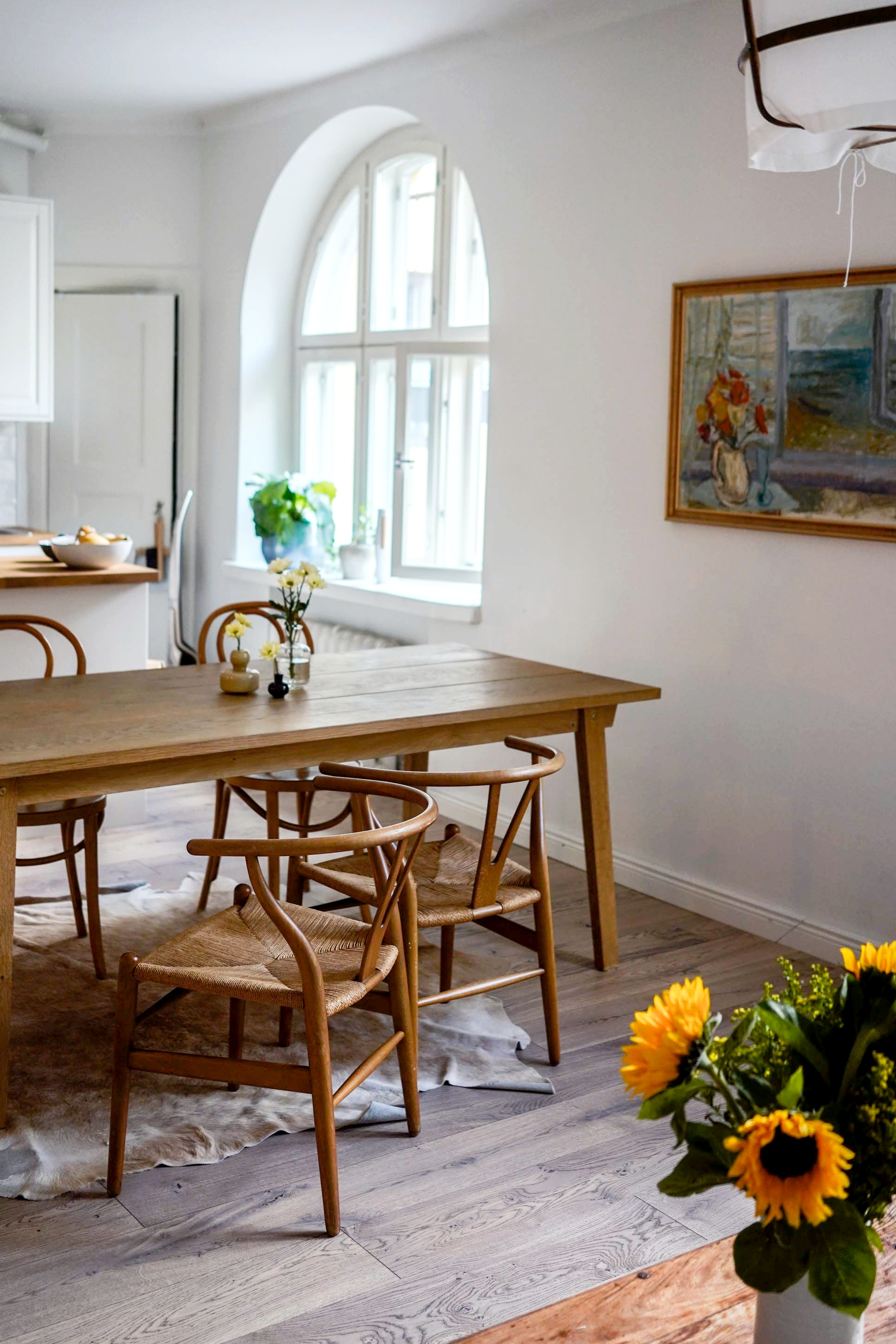 Yksi kuva, monta toteutunutta unelmaa: ikioma koti, pitkä pöytä jonka ääressä puhe raikaa ja viini läikkyy… ja ne tuolit.