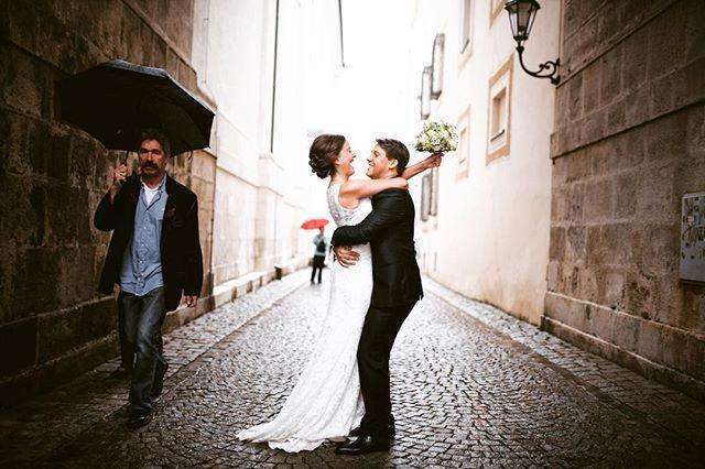 You let the sun shine on a #rainyday 🌦🤗 _____ #ohyeah #ohyeahwedding #wedding #bride #bride2019 #bridetobe #weddinginspiration #weddingdress #weddingphotographer #radcouples #weddingphoto #weddingreportage #weddingday #coupleshoot #indiebride #indiewedding #dirtybootsandmessyhair #adorable #inlove #hochzeitsfotograf #hochzeit #braut #love #destinationweddingphotographer #bohowedding #lovellope #lifeofadventure  #photographer #umbrella
