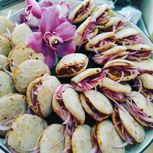 Finde lleno de eventos! Mini pitas rellenas de Pulled pork y cebolla roja 😋#food #foodporn #catering #cateringevent #cateringmadrid #event #eventos #tusecretoenlacocina