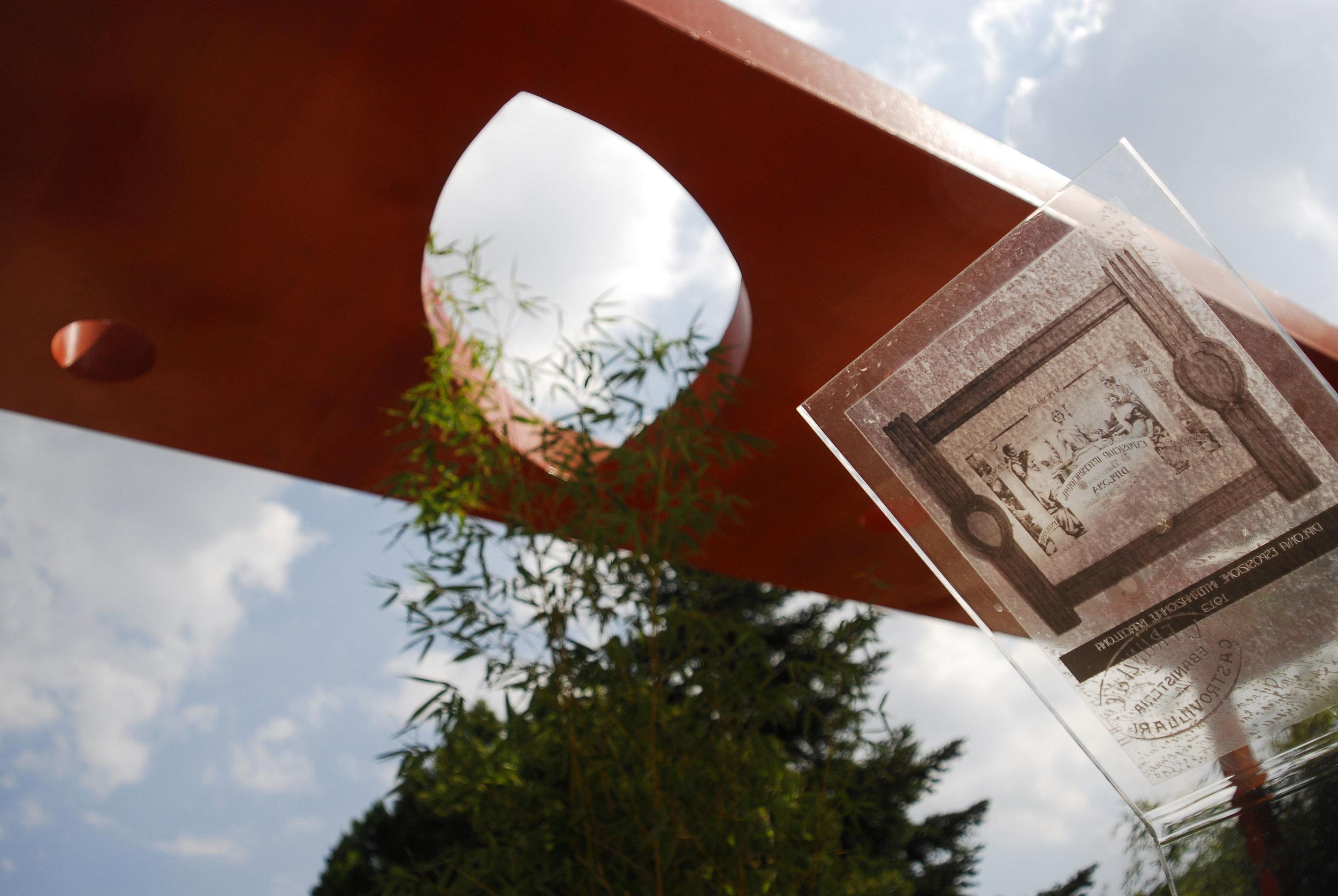 I contributi storicisulla tradizione familiaresono impressi sulastre di plexiglass -