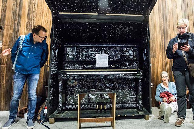 Ook dit jaar stond er weer een 123-piano te blinken aan spoedingang van @azsintlucasgent. Dit prachtexemplaar van Moë De Cauter & @detlefgodzoropacko werd door de enige echte @emmaposman.soprano en @martijnvansas ingewijd tijdens ons openingsevenement. 📷 by @girlonadonkey - @sioensioen @quatremainsklaviercentrum @andersvranken @stadgent #123pianogent #streetart #piano #azsintlucas #stadgent