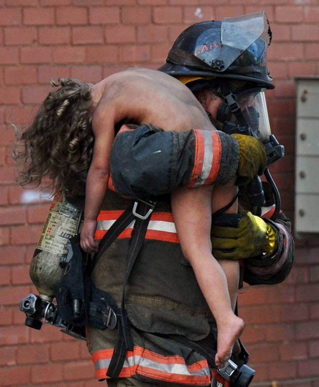 Captain Donald Spindler pulls 6 year-old Aaliyah Frazier from a fire in Indiana     Evansville Courier & Press
