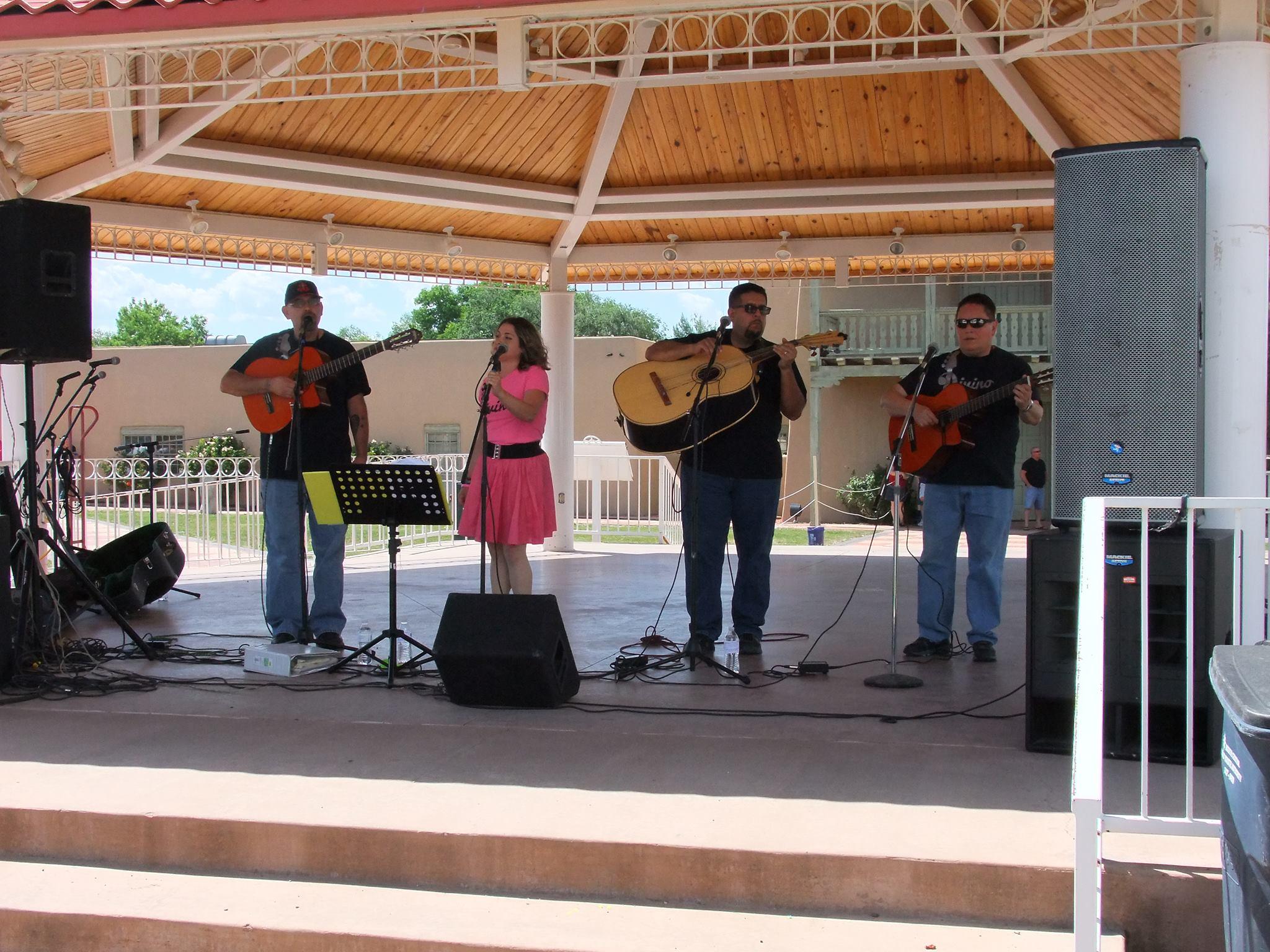 Grupo Divino performing (2017)