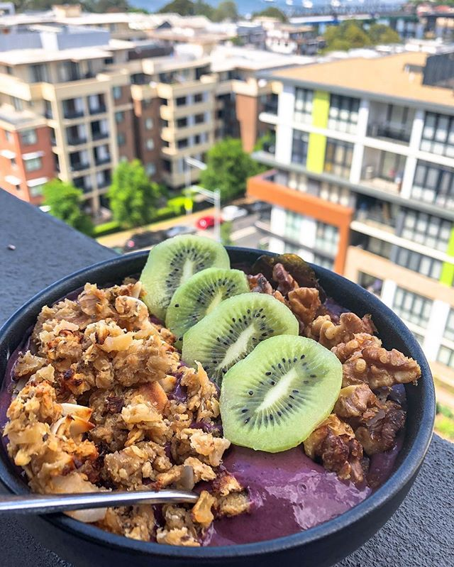 Breakfast Açai Bowl (with a view) • Can you think of a better way to wake up on the weekend? This açai bowl was super simple to make: 1 frozen packet of açai + 1 frozen banana + handful of frozen mango + handful of frozen blueberries. BLEND and top with granola, nuts or more fruit!