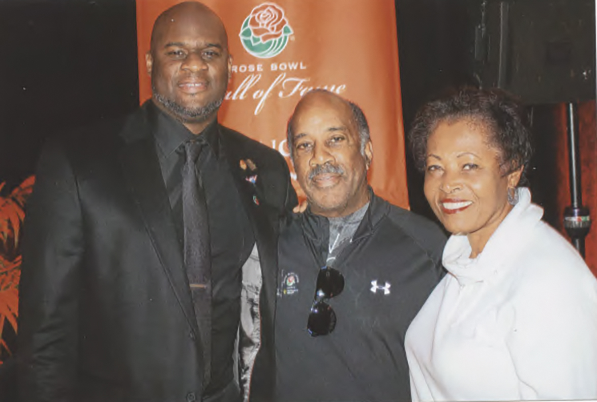 HOF inductee Vince young shares a moment with Steve and Linda Finley. (Earl Heath photo)