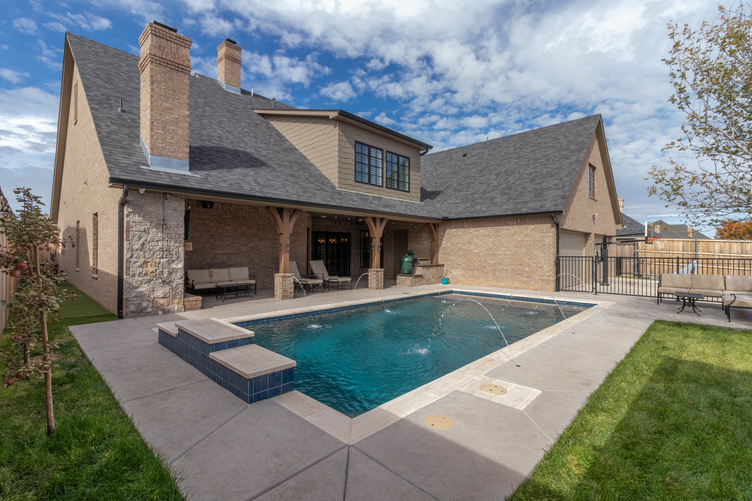 Pool and patio-3.jpg