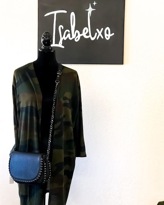 Camo cardigan for the win! Along with black cross body. Perfect combat combo! 🖤💚 @shopisabelxo #camo #fashion #cardigan #crossbody #fall