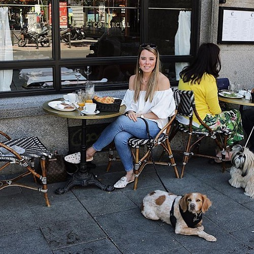 Check out our #dogbassador @alizeeandtimon at @cafecomercial in #Madrid . Apart from being Timón's mum, Alize writes her own blog on #dogfriendly places. Being based in Madrid, she is a pro at discovering the most amazing of places, so visit her profile to find the finest food in the city. #madriddogfriendly #madridconperro #madridfood #bar #dogfriendlymadrid #dogfriendlyrestaurant #dogfriendlycafe