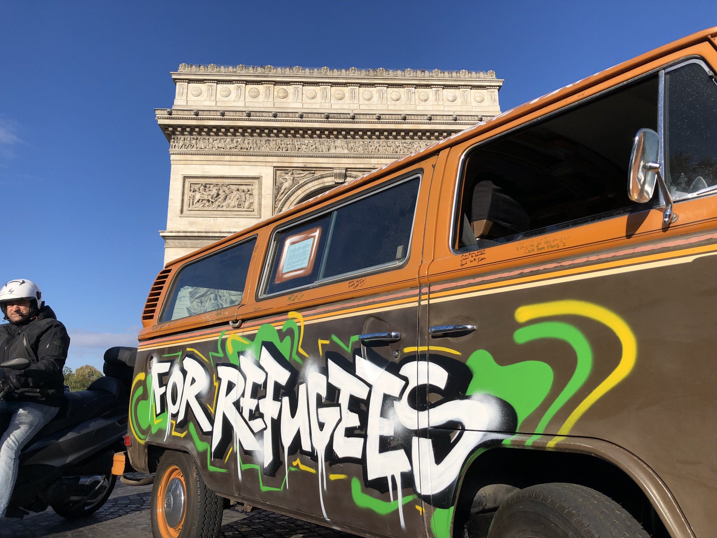 VW Bus outside arc de triomphe.JPG