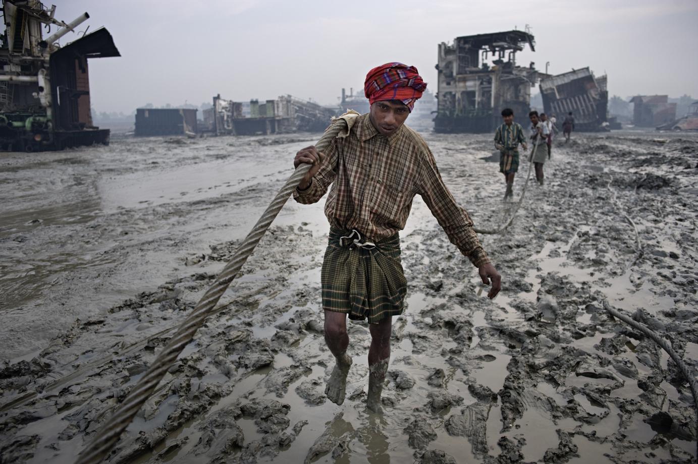 Manual shipwrecking, Chittagong / Bangladesh - 2010