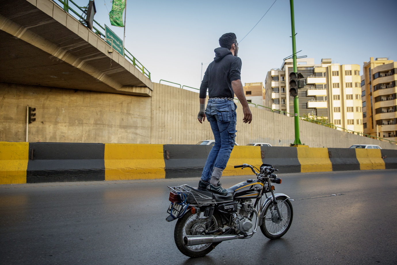 Motorcycle rider makes daring stunts with his bike on Tehran's highway / Iran