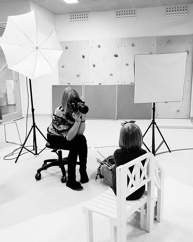 """""""Minusta tulee kaupunginjohtaja"""" Täältä löytyy tulevia poliiseja, hoitoalan ammattilaisia ja ollaan saatu jopa sambatuntikin. Ei ole tylsää tämä työ ei! #päiväkotikuvaus #päiväkoti #valokuvaus #suomenkoulukuvaus #fotografering #photography #behindthescene"""