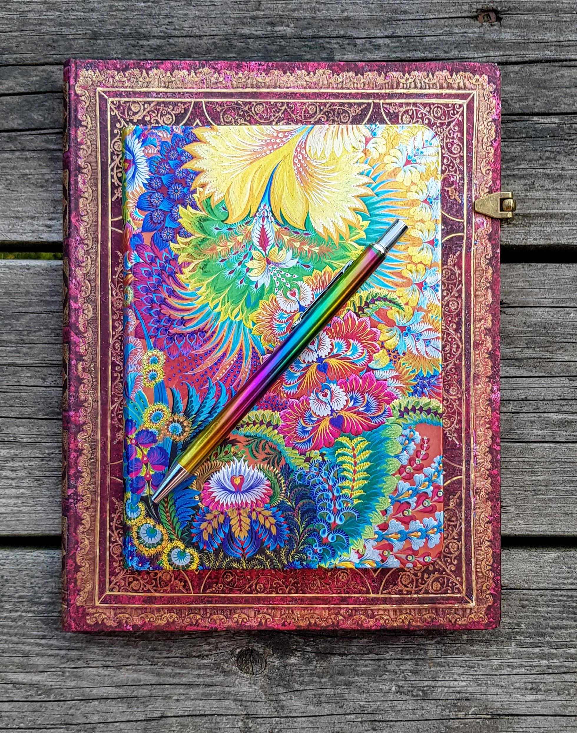 Två av mina älskade anteckningsböcker och regnbågspennan. Tillsammans skapar vi mycket magi!