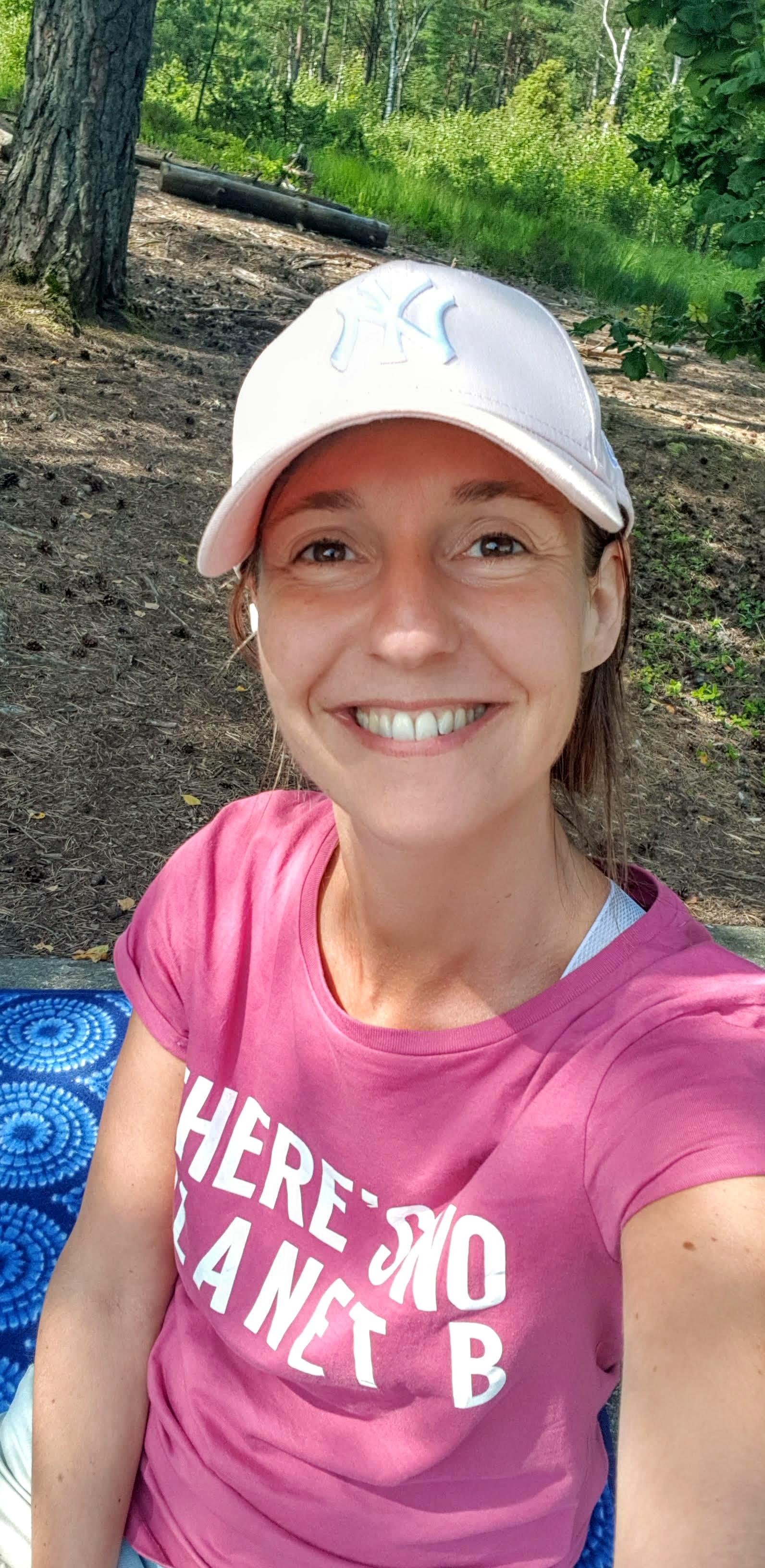 Glad Jessica innan picknick på Vildmarksleden.