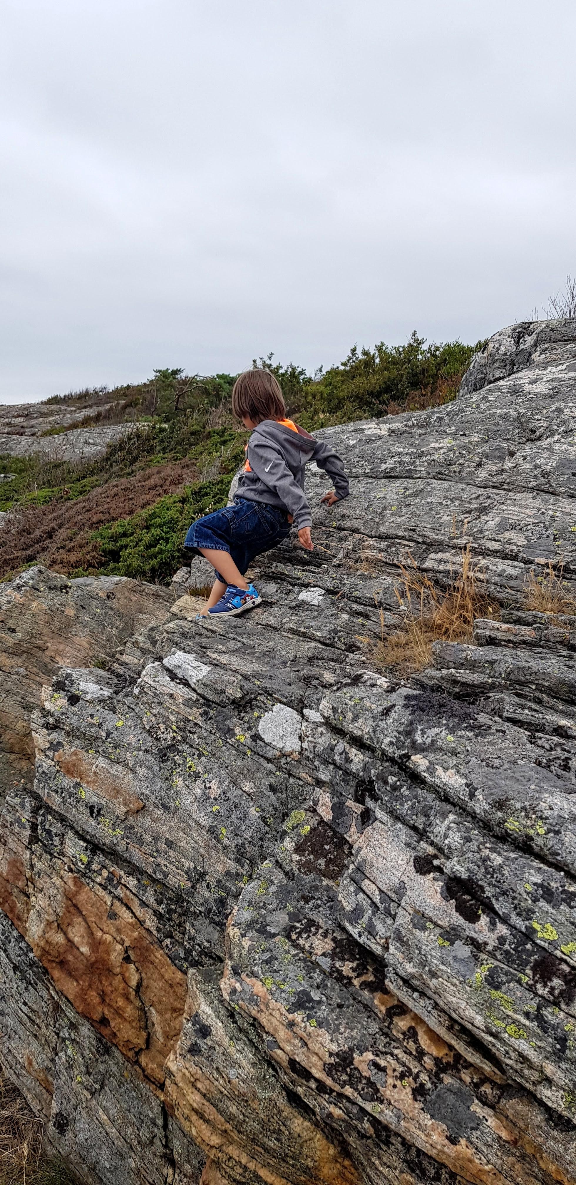 Här leker vi i klipporna vid havet!