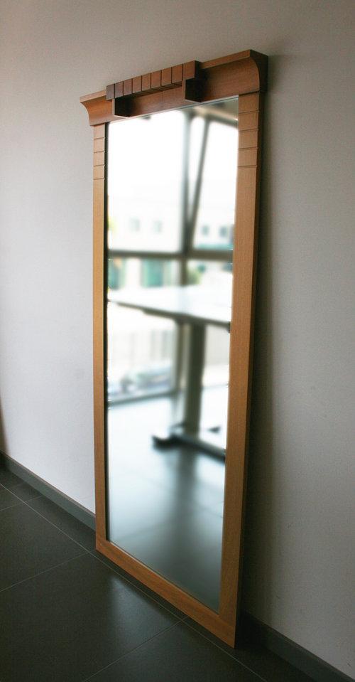 NARCISO - 85 x 185 cmSpecchio con cornice in massello di faggio. Nella parte superiore presenta una modanatura aggettante in noce nazionale che, grazie ai suoi intagli, modula e ripartisce l'intera struttura.design by Rocco J. Mazziotta