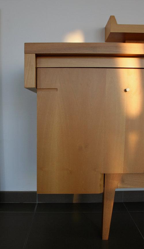 TOP CREDENZA - 90 x 53 x 160 cmMadia in massello di noce nazionale, divisa in 3 ante apribili. È evidente il contrasto tra il disegno slanciato delle sue gambe con la forma regolare della sua struttura, chiusa con un top in massello.design by Rocco J. Mazziotta