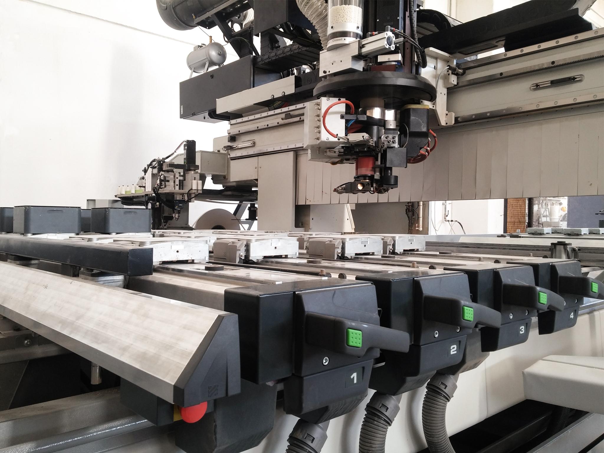 Centro di lavoro CNC 5 assi - Grazie ai nostri macchinari di nuova generazione è possibile realizzare qualsiasi forma voi possiate immaginare