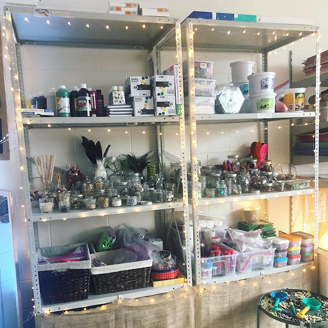 The school year is over and I'm reflecting on things to continue, change, and add to our environment next year. One thing I know I will keep is this shelf of loose parts and art materials highlighted by strung lights ✨✨#reggioinspired #environmentasthirdteacher #classroomsetup #atelier