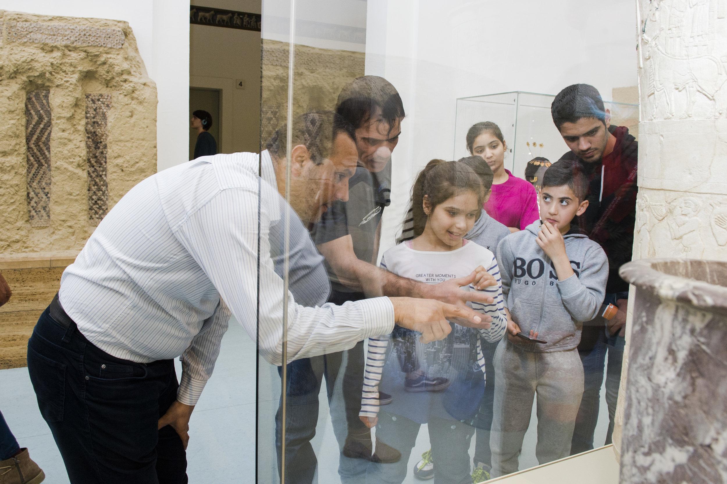 """Teilnehmer einer Führung des Projekts """"Multaka: Treffpunkt Museum"""" im Vorderasiatischen Museum. © Staatliche Museen Berlin, Museum für Islamische Kunst, Foto Milena Schlösser"""