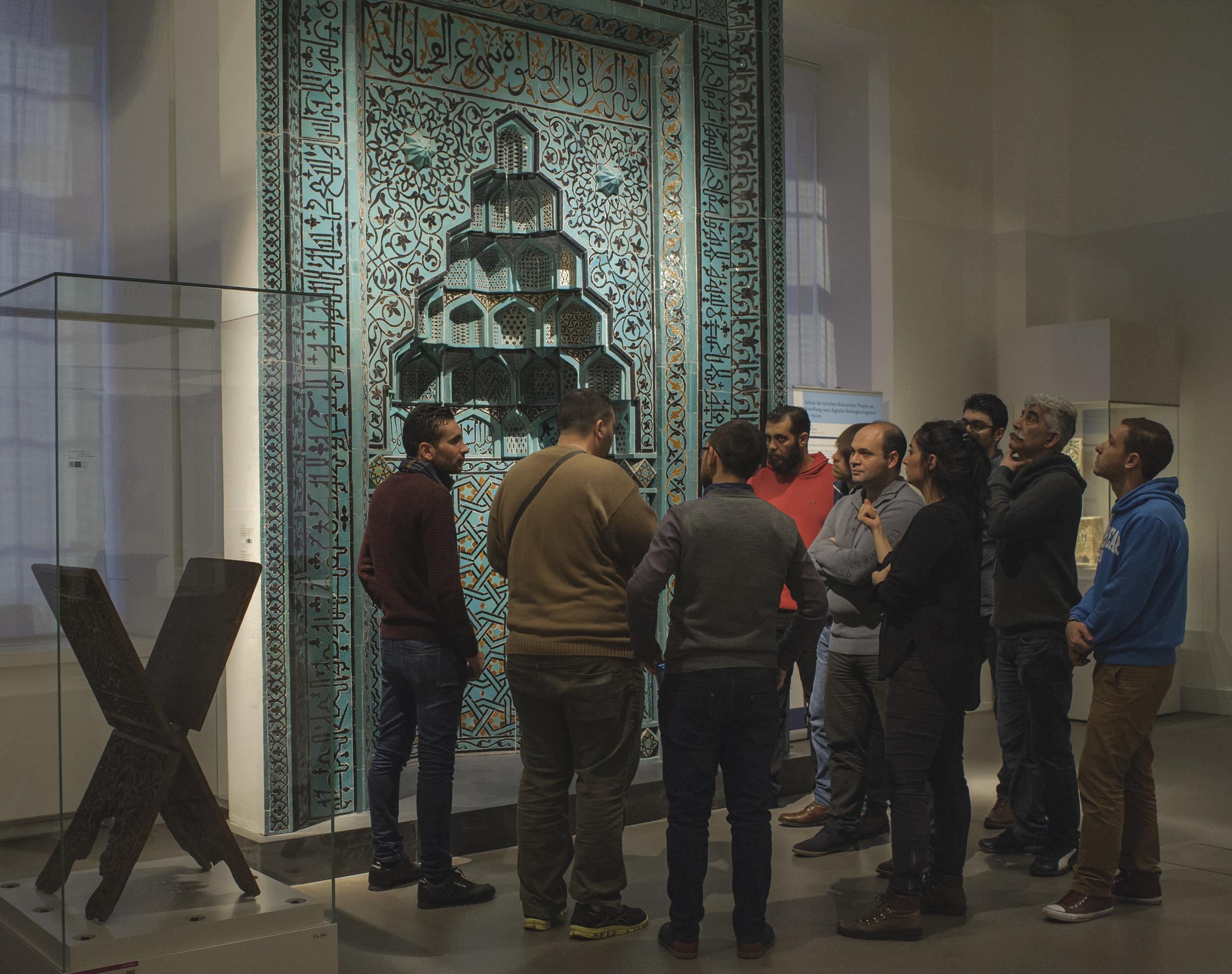 """Teilnehmer einer Führung des Projekts """"Multaka: Treffpunkt Museum"""" im Museum für Islamische Kunst. © Staatliche Museen Berlin, Museum für Islamische Kunst, Foto A.R.Laub"""