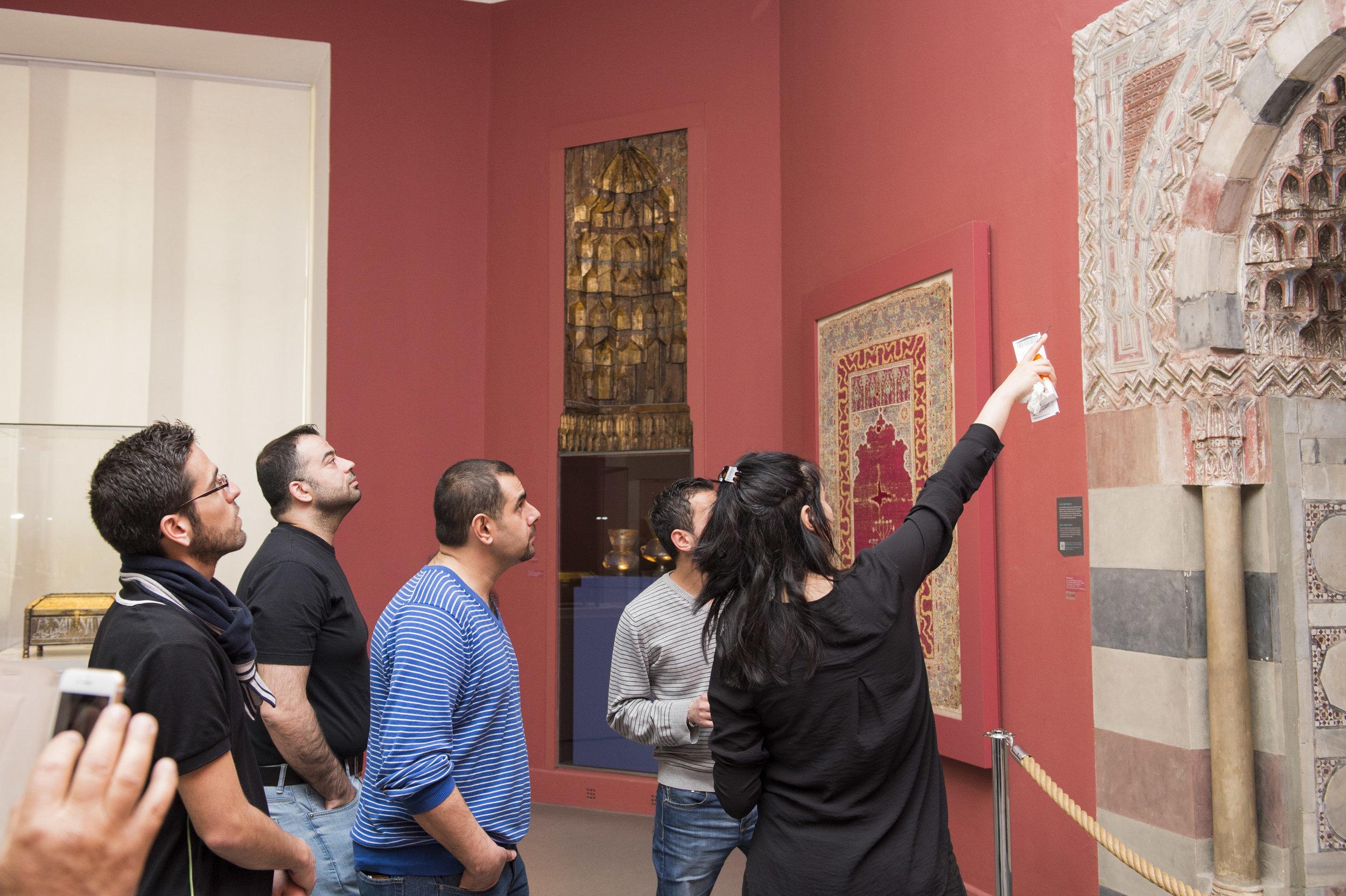 """Teilnehmer einer Führung des Projekts """"Multaka: Treffpunkt Museum"""" im Museum für Islamische Kunst. © Staatliche Museen Berlin, Museum für Islamische Kunst, Foto Milena Schlösser"""