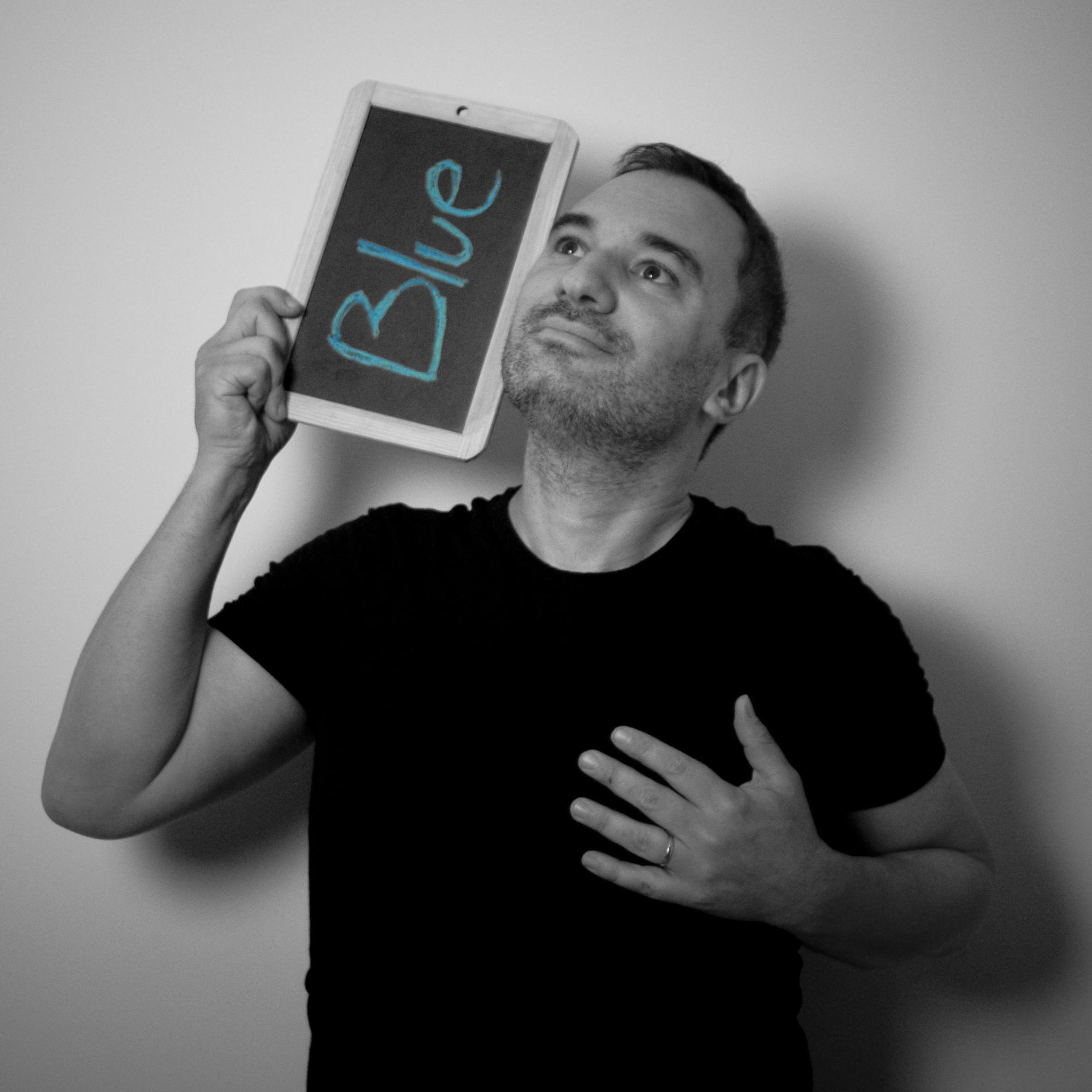 Blue Belhomme - Metteur en scène / Comédien15 ans en tant que formateur pédagogue, Metteur en scène, intervient devant tout type de public (entreprises, écoles, particuliers) sur les thématiques de prise de parole.Tombé très jeune dans le théâtre par le fruit du hasard, la scène devient inopinément une vocation. En parallèle d'un cursus universitaire centré sur les mathématiques (qui m'ont toujours intrigué), je succombe au jeu de l'acteur en rejoignant l'école internationale de théâtre de Paris puis le Conservatoire. Dès lors, les expériences dans le milieu de la scène se succèdent... en tant que comédien, puis en tant que metteur en scène et auteur également, fonctions pour lesquelles je décroche avec 2 créations (
