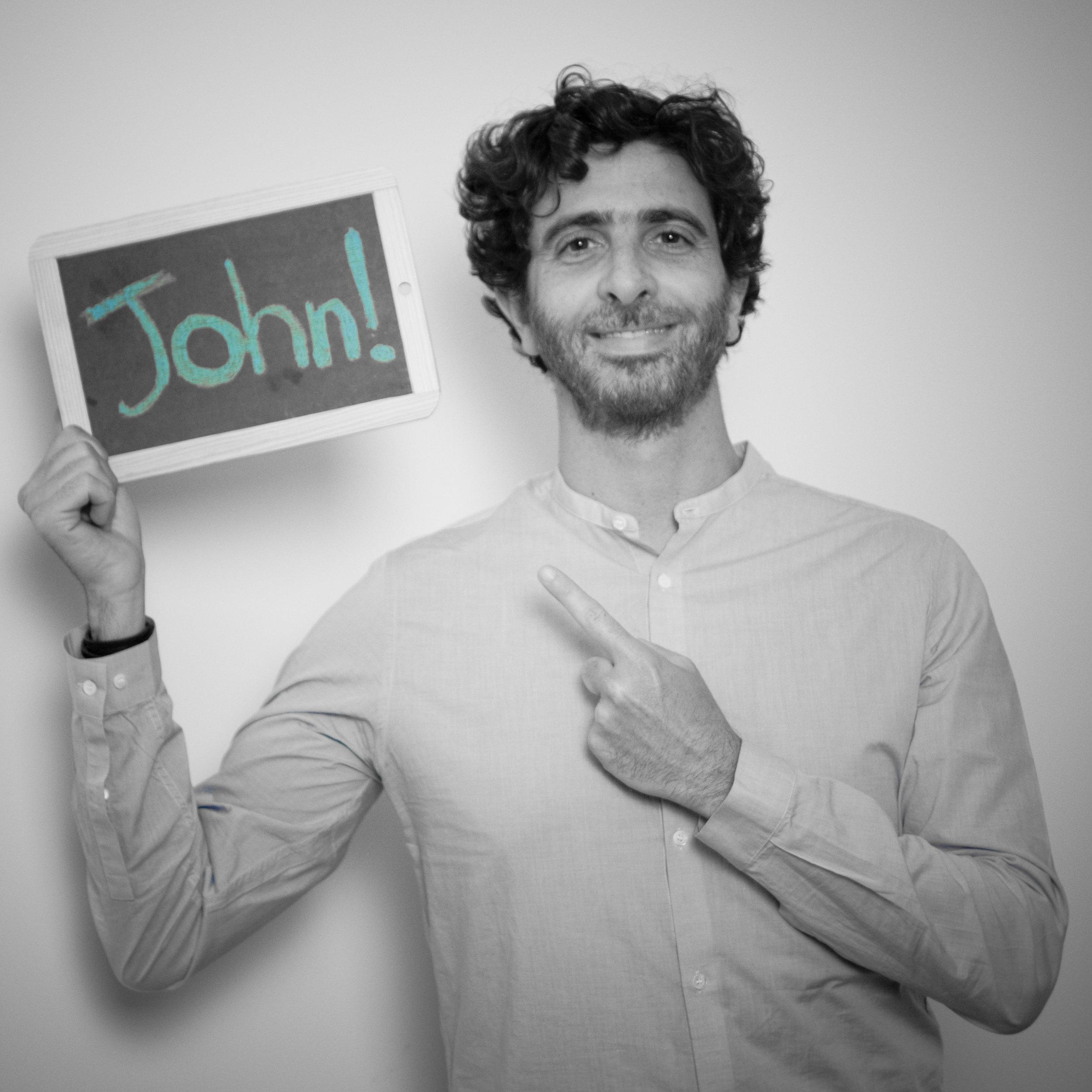 """Jonathan azuelos - Auditeur / Improvisateur10 ans en tant que manager en paie et ADP, en cabinet d'expertise comptable, auditeur chez EY & comédienAmoureux des joutes verbales, j'ai découvert le théâtre il y a 20 ans par l'improvisation théâtrale. En 2010, je gagne un concours et c'est le déclic. Je participe en 2011 aux 24 heures de l'impro en équipe à l'INSAE Lyon et arrive 2ème. Je rejoins ensuite la troupe Hors-Je avec Blue et Livia où nous pratiquons également beaucoup l'improvisation.J'ai travaillé 11 ans en cabinet d'expertise comptable et ai quitté mon poste de payroll manager pour poursuivre mon expérience professionnelle chez Ernst & Young en tant que consultant senior Expert.Au cours de ma vie professionnelle, j'ai constaté qu'il y a de nombreux leviers d'amélioration des relations humaines en entreprise. La communication, la prise de parole des managers et des collaborateurs sont parfois laissées de côté et suscitent du stress et de l'inconfort alors que cela peut être une véritable force et surtout un plaisir!"""" Je me suis rendu compte qu'avec des mots, une manière de dire les choses, en utilisant des techniques théâtrales, on pouvait substantiellement améliorer les rapports humains au sein des équipes en entreprise. """""""