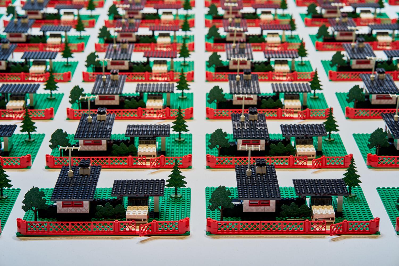 """Douglas Coupland ,  345 Modern Houses , 2014, Lego, résine, 4"""" x 120"""" x 90"""" (10,2 x 304,8 x 228,6 cm) (Détail)"""