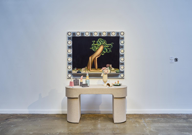 """Emily Mae Smith ,  Medusa Moderne , 2018, Huile sur lin, 47"""" x 58"""" (119,4 x 147,3 cm); Genesis Belanger,  Daily Adoration , 2018, Grès, porcelaine, contreplaqué, tissu, 46 ⅜"""" x 63"""" x 28"""" (118 x 160 x 71,1 cm)"""