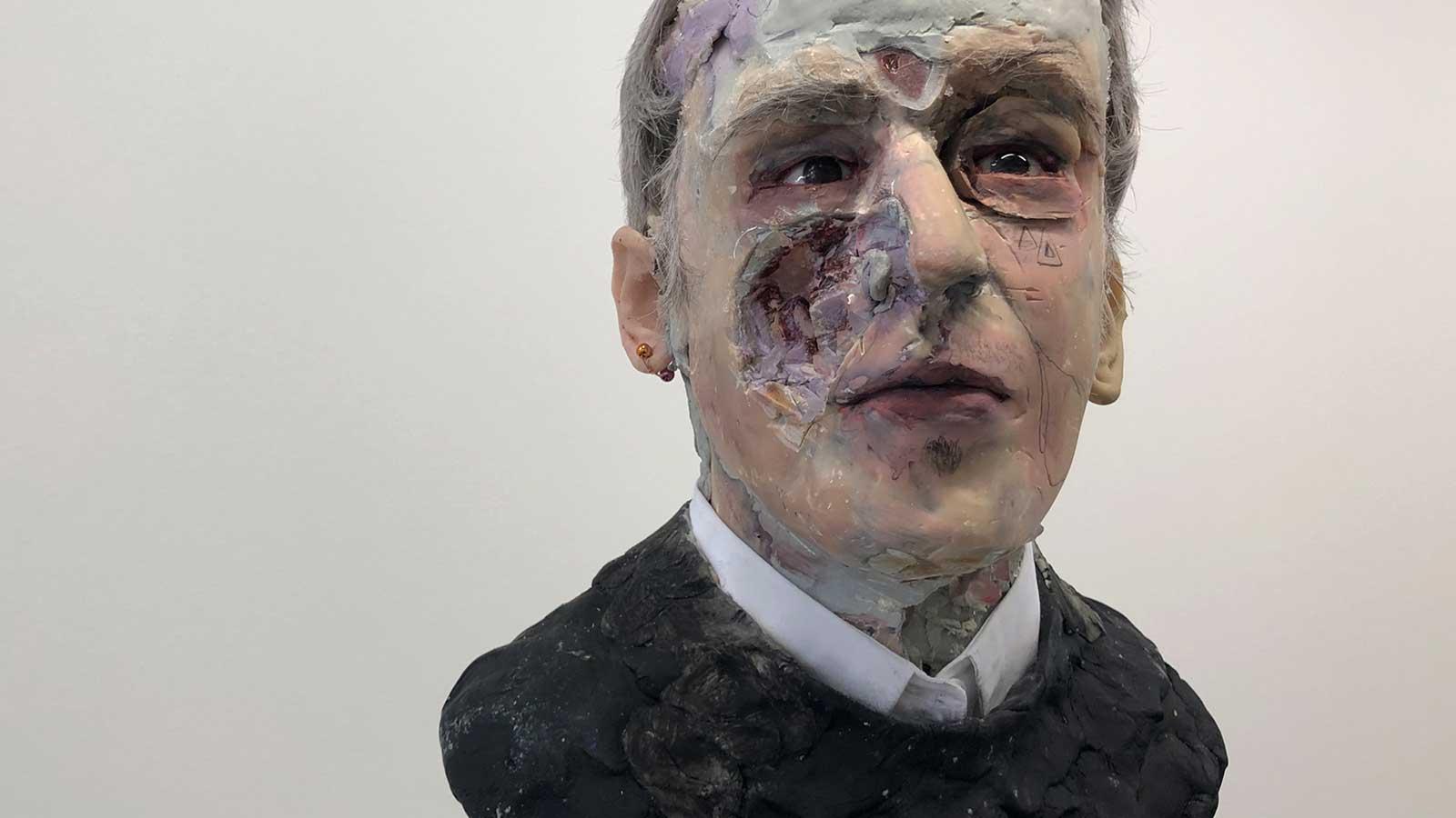 """David Altmejd ,  Man with Black Sweater , 2018, Mousse d'uréthane, béton, argile époxyde, résine, gel époxyde, cheveux synthétiques, acier, peinture acrylique, quartz, graphite, peinture à verre, collet de chemise, yeux de verre, fils de cuivre, bille, strass, vernis MSA, 29"""" x 10 1/2"""" x 12"""" (73,7 x 26,7 x 30,5 cm) (Détail)"""