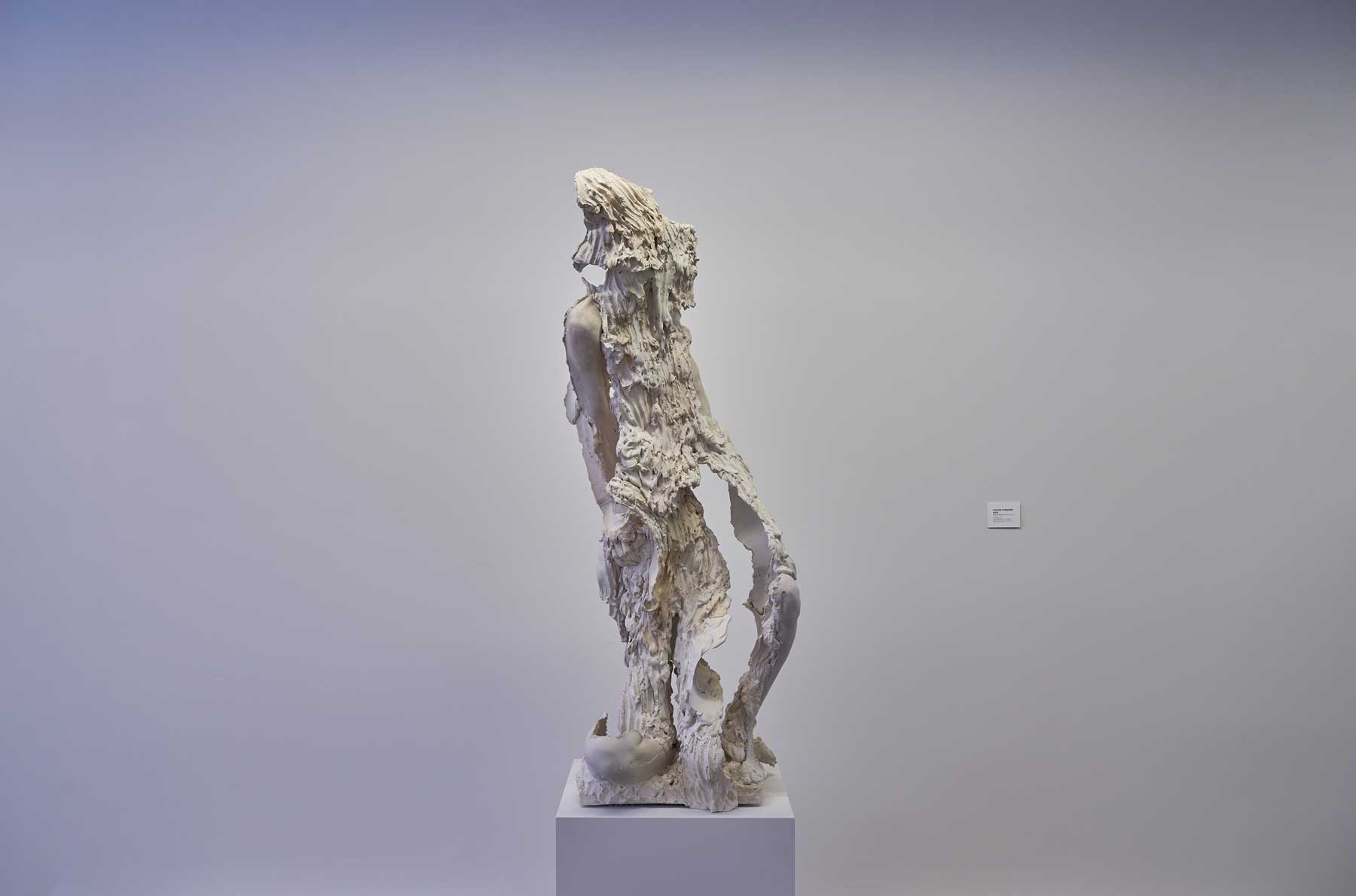 "Juliana Cerqueira Leite ,  Cinq a Sept 1 , 2017, Hydrocal, plâtre FGR-95, acier, pigments, 21"" x 22"" x 70"" (53,3 x 55,9 x 177,8 cm)"