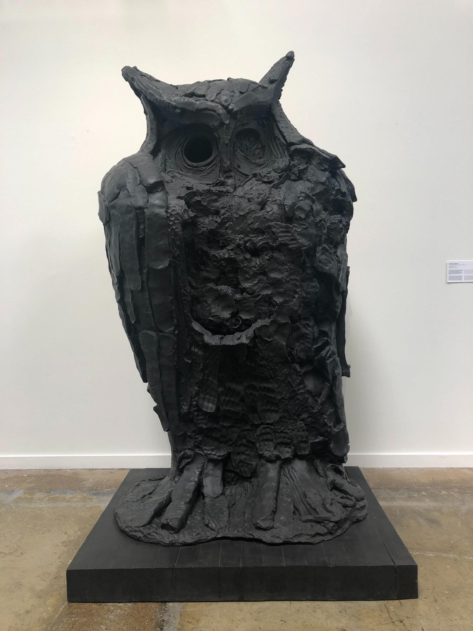 "Thomas Houseago ,  Standing Owl 1 , 2012, Bronze et patine noire, 94 ¼"" x 50"" x 36"" (239,4 x 127 x 91,4 cm)"