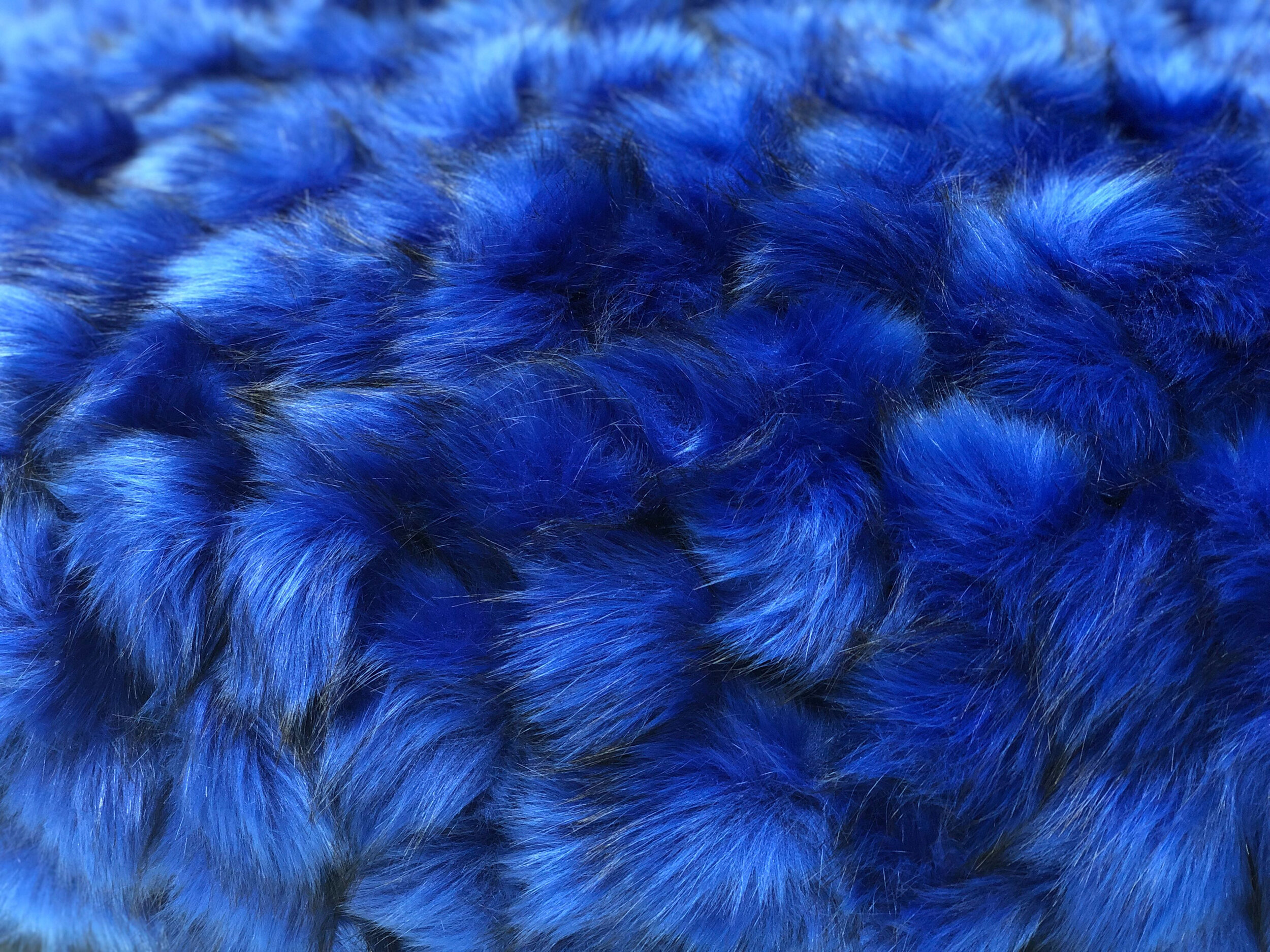 """Ryan Gander ,  Het Spel (My neotonic contribution to Modernism) , 2019,  An enlarged and inflated version of George Vantongerloo's  Komposition Aus Dem Ovoid (Composition from the ovoid)  (1918), covered in blue, artificial fur balls , 144"""" x 80 ½"""" x 75"""" (365,8 x 204,5 x 190,5 cm) (Détail)"""
