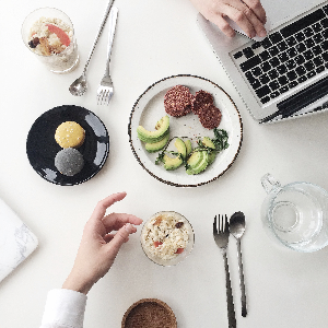 How to lose weight when you work a lot, according to a dietitian via myBody+Soul