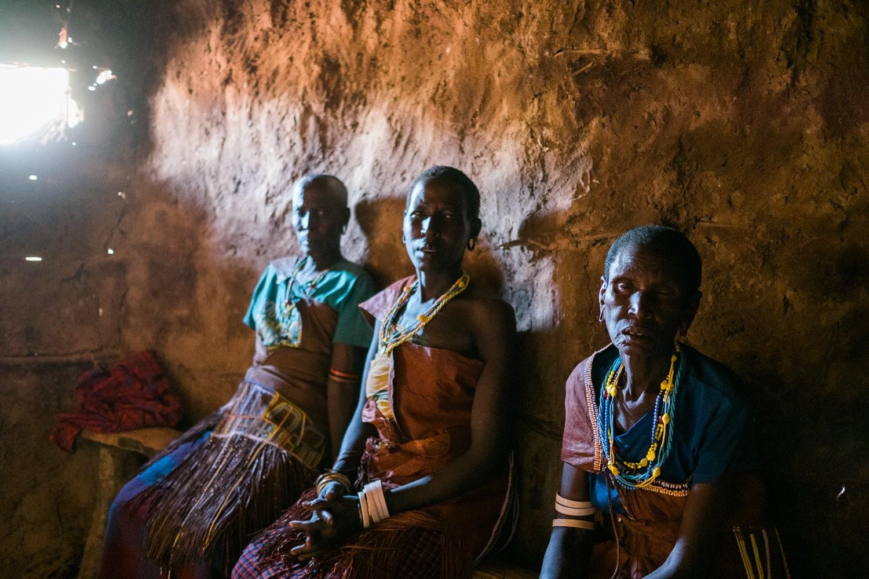 Datooga Frauen in ihrem Haus