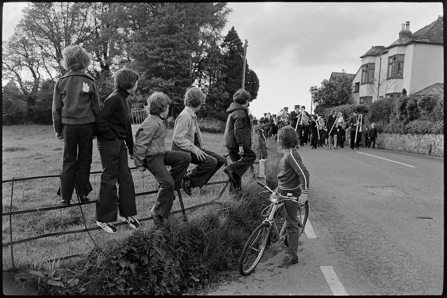 Children watching approaching band, Hatherleigh, 15 May 1976. Documentary photograph by James Ravilious for the Beaford Archive © Beaford Arts