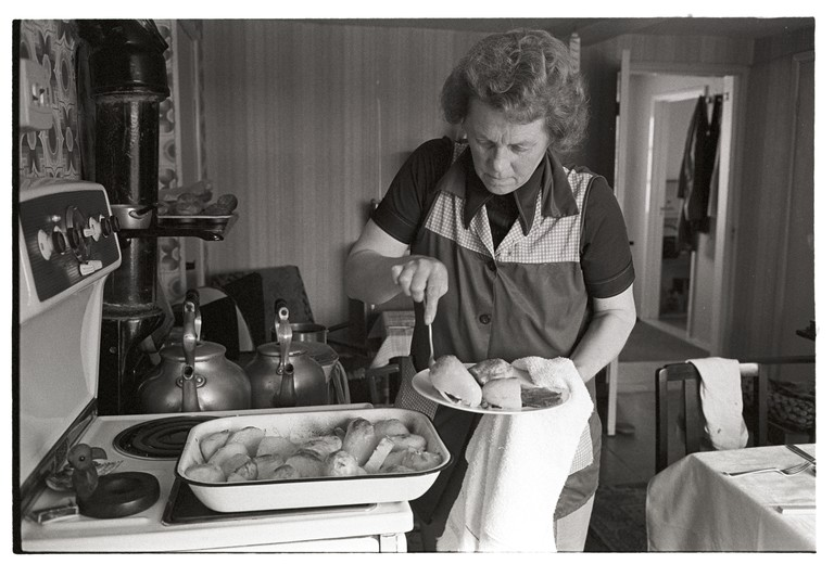 Marion Middleton preparing lunch for reedcombers, Inwardleigh, February 1976. Documentary photograph by James Ravilious for the Beaford Archive.